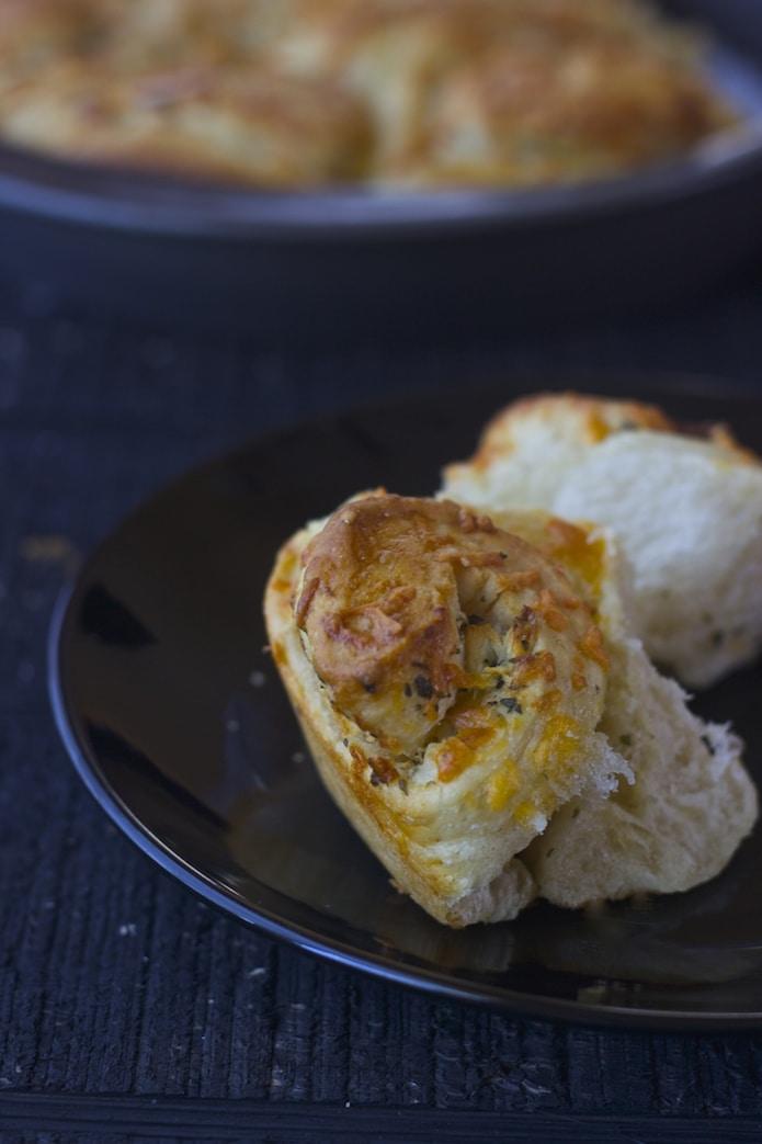 garlic rolls, olive garden garlic rolls, garlic pull apart bread, garlic cheddar pull apart bread,