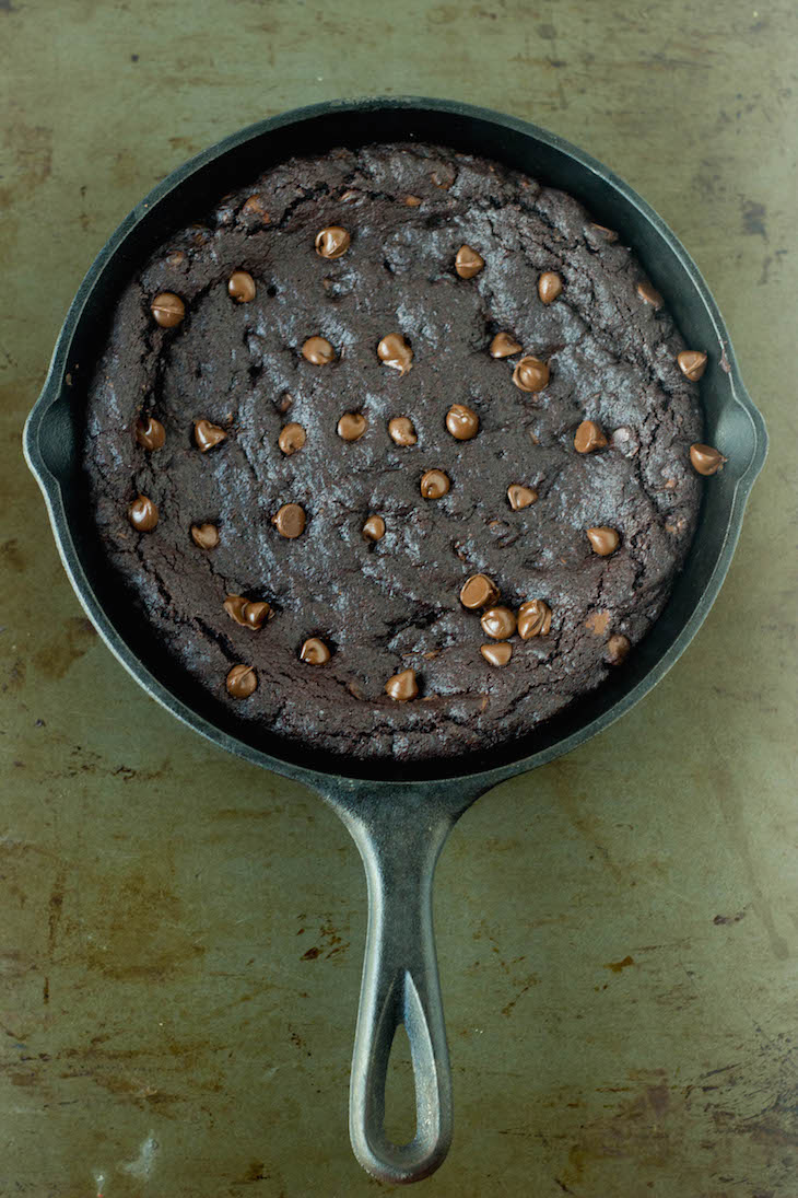 pizookie recipes, bjs copycat pizookie recipe, chocolate skillet cookie , skillet cookie recipes, best chocolate cookie